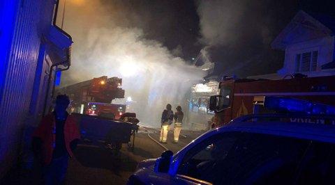 FULL UTRYKNING: En kvinnelig leieboer fikk reddet seg ut i tide da det begynte å brenne i et hus i P.A. Munchs gate i Skien natt til 1. september 2018. Tirsdag starter rettssaken mot en 29-åring, som er tiltalt i forbindelse med brannen.
