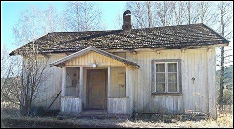 BAMLESLETTA: I dag står huset på Bamlesletta, og det er trolig ikke så mange som legger merke til det når de suser forbi på E134. Dette er egentlig et laftet hus fra 1867.