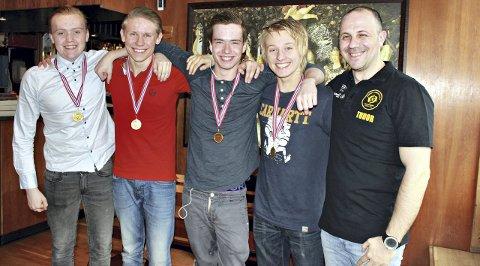 Trener Tudor Ignat var strålende fornøyd med Marius Berge Wiik (fra venstre), Magnus Hesjevik, Ole Tobias Weiseth og Knut Karstein Visnes i Jugendsvøm.