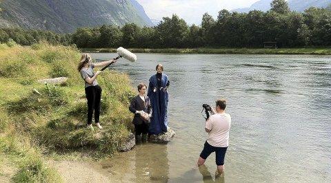 Anna Sæbjørnsen, Audun Knutsen, Julie Nikolaisen og Lars Georg Kalseth spilte inn scener til sin film ved elva.Foto: Skjalg Molvær/ Genesis Film