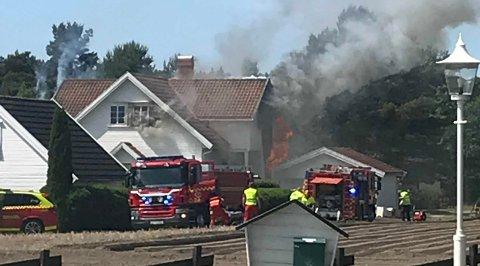 Det brenner i et bolighus.