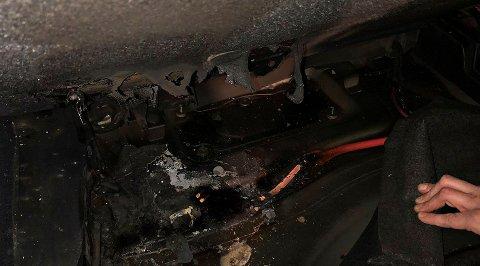 BILBRANN: Det var godt og varmt da brannvesenet målte temperaturen der det hadde brent i bilen.