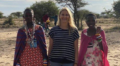 BYGGER SKOLE: Her er Taran Berthelsen sammen med de to lærerinnene Damaris (t.v) og Joyce. Frem til nå har undervisningen foregått under et tre ute i villmarken blant ville og farlige dyr.