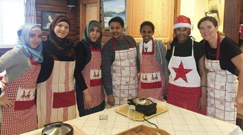 Lærerik og koselig dag: FlyktningekonsulentTrine-May Lindal sammen med noen av kursdeltakerne på kakekurset «Mel & Moro» på Kilandsenteret i Grimstad. Foto: Vegårshei kommune