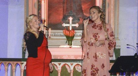Sammen: Mari Lorentzen var høygravid da hun sang sammen med Charlotte Schøgren på julekonserten for to år siden. Torsdag er de vokalister på en  ny julekonsert i Tvedestrand kirke.Arkivfoto