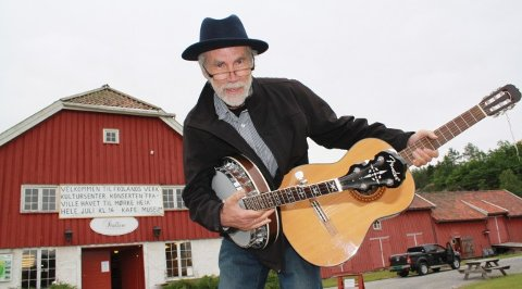 Salve Kallevig, her fotografert ved Frolands verk, er en av visesangerne som vil underholde i Åmli 1. mai.