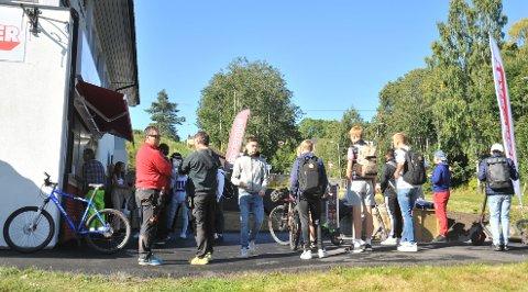 FOLKSOMT:Onsdag i 11-tida, rundt lunsjtider for blant annet Nittedal ungdomsskole, var det kø utenfor nyåpna Texburger.