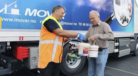 VÆR SÅ GOD: Svein Grønli leverte malerspann til Rune Vanebo hos MOVAR da ordningen var ny i 2015.