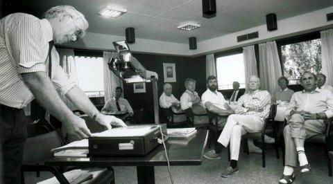 I 1991:  - Nedgang i trafikken nødvendiggjør fjernstyring innen vår kystradiotjeneste, sa distriktsdirektør Per Arne Torvik på orienteringsmøtet om nedleggelsesplanene for Tjøme Radio i 1991.