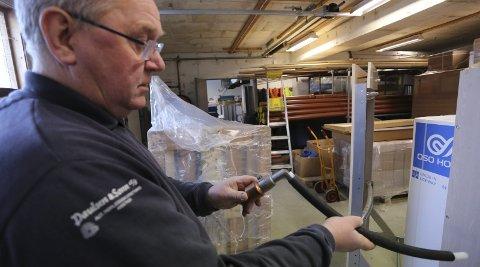 Varmluft: Jon Bjerva demonstrerer spesialverktøy for å varme opp plastrør.foto: stig sandmo
