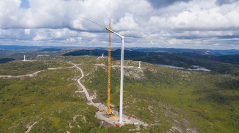 Fra arbeidet med montering av turbiner i Tonstad vindpark i høst.