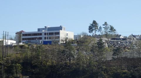 UTBYGGING: Det bygges en stor ny flerbrukshall i nabolaget til Flekkefjord videregående. Skolen trenger også utbygging og opprustning, men det henger i en tynn tråd i arbeidet med fylkets nye skolebruksplan.
