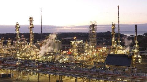 EKSPORTBEDRIFT: Rundt 90 prosent av bensinproduksjonen på Mongstad går til eksport.