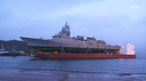 Lekteren med fregatten om bord har startet sin ferd mot Haakonsvern.
