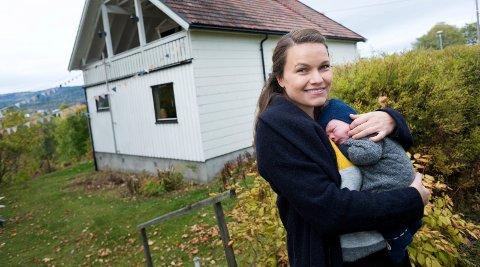 Linda Cecilie de Wilde og hennes mann kjøpte hus i Østbygdaveien i Sande. De var på utkikk etter hus i Drammen men fant ikke noe de kunne kjøpe så derfor falt valget på Sande. Sammen med sin 11 dager gamle sønn.