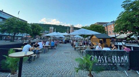 UTESERVERING: I fjor sommer fikk utelivet i Drammen utvidet skjenkeareal på Bragernes torg. Det vil også gjelde for i år.