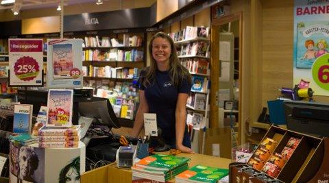 BAK DISKEN: Guro Mundal Krokås (17) er glad i å lese. – Derfor passar det godt å jobbe i bokhandel.