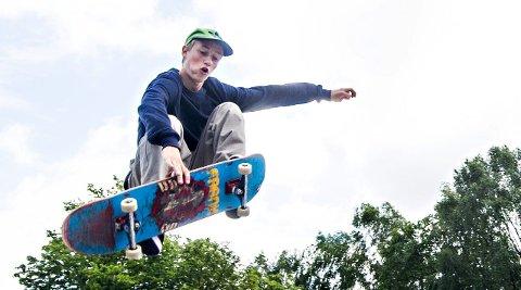 LOKALT HÅP: Magnus Bøen (16) er en av de lokale fra Fredrikstad som skal delta under NM i skateboard. I sommerferien bor han omtrent i skateanlegget på Steffensjordet.