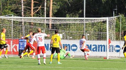 Hektisk: Ole Kristian Lauvli i Raufoss-buret hadde en hektisk kamp mot FFK. Her har han nettopp reddet et godt forsøk fra Riki Alba.