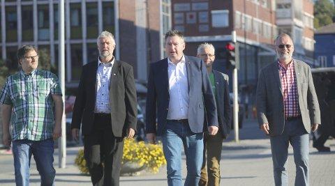 Nesten i takt: Morten Qvam (Rødt), Boy Arne Buyle (KrF), Rune Edvardsen (Ao), Bror Martin Hanssen (MDG) og Geir-Ketil Hansen (SV) øver på å gå i takt. De fem partiene gir samtidig hverandre lov til å gå litt på egne stier innimellom.Foto: Fritz Hansen