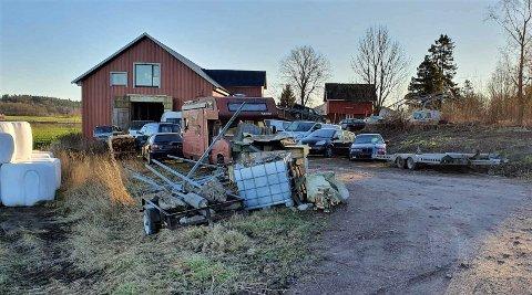 OPPSAMLING: Det har i høst vært opprydding på eiendommen i Kjærranveien, men det er langt fra nok, mener nabo Odd Magne Hjortland. Han er kritisk til bilverksted på eiendommen og at det er folk i leiligheten på låven til alle døgnets tider.