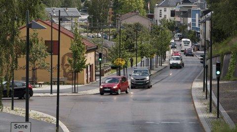 TRØBBEL I GATA: Sjåfører som skal levere varer får klar beskjed om at det ikke er greit å stå på fortauet her.