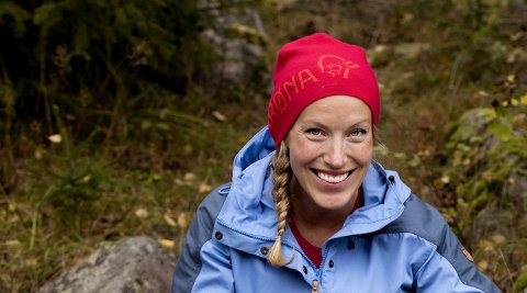 TURGLAD: Ragnhild Moen Holø fra NRKs lokalkontor på Lillehammer, er blant dem som leder an turen til Norges tak, Galdhøpiggen.