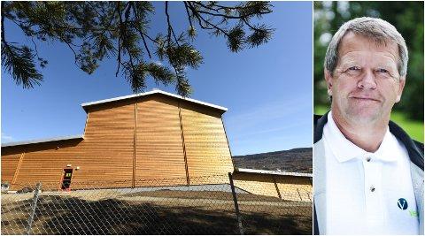 UNDER NORSK FURU: Varaordfører Terje Rønning misliker at det er valgt finsk kledning på det nye kommunale vannverket i Hovemoen. - Det er en vekker, sier han.