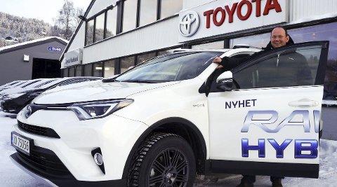 I ANGREPSPOSISJON: Toyota først ut blant de lokale nybilforhandlerne med lanseringen av nye RAV 4 hybrid med premieredager fra 14. januar. – Det er stor interesse for denne bilen, bekrefter selger Gorm Godli.