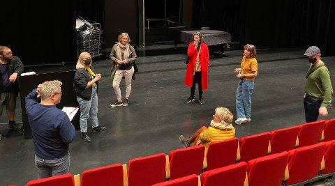 PÅ BEFARING: Torsdag var representanter fra Den Norske Opera og Ballett på befaring på Hadeland. Her tar de en titt på Hadeland kultursal.