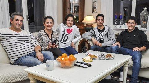 TRAVLE: Det er ikke ofte hele familien Shkodrani er samlet i stua. Fra venstre: Pappa Faik, mamma Merita, Teuta (13), Erjon (19) og Arber (20)