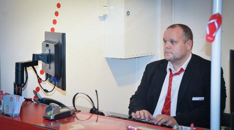 SELGER MYE: Stian Eriksen hos Ticket på Maxi selger mange reiser om dagen.