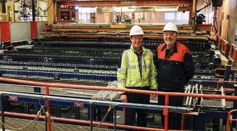 Veteraner: To av åtte nåværende arbeidere som var med under åpningen av den nye elektrolysehallen på Norzink. Avdelingsleder Ingvar Måge (t.v.) og Jon Børve.