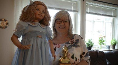 Dokkemakar: Anne Randi Bu Bjørkelund med Laura, beste dokke i kategori moderne,  og Maggie-prisen som vinnar av ein internasjonale konkurranse nyleg.