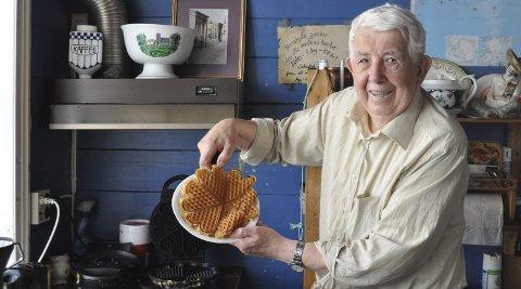 Alle hjerter gleder seg: Mange har forelsket seg i vaflene og gjestfriheten til 85 år gamle Johannes Hansen, som driver en liten kafé i Skudeneshavn. Ryktene sier at han til og med har fått en Michelin-stjerne for vaflene. – Det er bare tull, sier Hansen og ler.