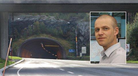 STENGTE: Tirsdag kveld stengte Bømlafjordtunnelen. Trafikkoperatør John Andreas Omdal mener alt ble gjort etter vanlig standard fra vegvesenets side denne kvelden.