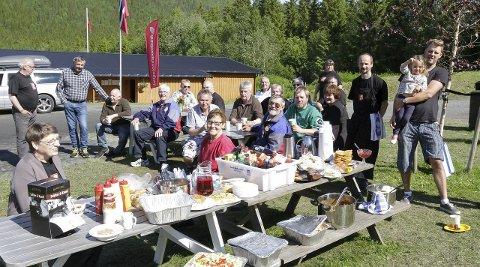 Fortjente rester: Etter at nordnorsken var ferdig søndag kunne noen av de frivillige sette seg ned i sola og nyte restene fra kafeen. De kunne endelig slappe av etter ei veldig lang helg med dugnadsarbeid.foto: per vikan