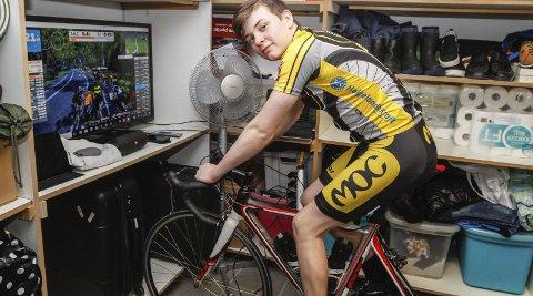 PÅ RULLA I KJELLEREN: Elias Thoresen hjemme i kjelleren på sykkelrulla han har fått låne av MOC. – Artig å trene med andre, sier han. Foto: Per Vikan