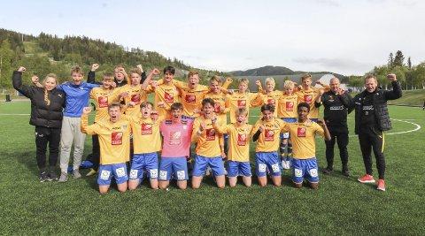 JUBEL: Grunn til å juble for Tom Snorre Leirviks mannskap etter å ha slått Mosjøen 4-3 på Kippermoen. Det ble en thriller av en kamp og ledelsen skiftet. Nå er SIL videre til neste runde i NM G16. Foto: Per Vikan