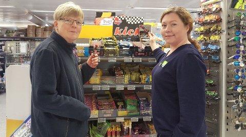 """I LUFTA: - En slik lakris-kick var det som ble """"kastet"""" fra øverste godterihylle og etter en av kundene våre, viser Kristin Kaspersen og Kathrin Kristensen."""