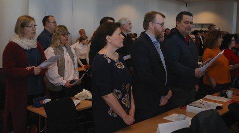 ELLINORS VISE: Når Arbeiderpartiet samles til store møter, er det alltid stående sang. Foran ser vi Helga Pedersen, Ulf Ballo og Knut Store.