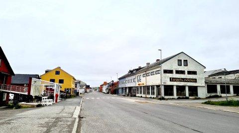 VARDØ SENTRUM: Illustrasjonsfoto fra Vardø sentrum. Flere byggeiere har fått varsle om å gjøre noe med byggene i Vardø. Skjer ikke det, kan det ende med tvangsmulkt.