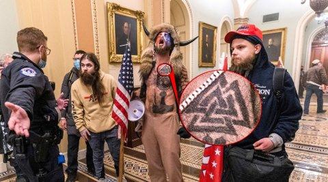 SJAMAN: Qanon-lederskikkelsen Jake Angeli er blitt selve symbolet på stormingen av Capitol Hill 6. januar. På venstre side av brystet har han tatovert en såkalt valknute.