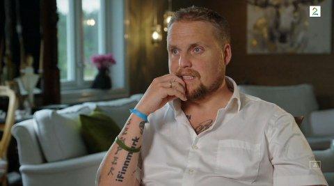 """GODT SYNLIG: Stian """"Staysman"""" Thorbjørnsens tatovering med iFinnmark-logo er godt synlig i """"Hver gang vi møtes"""" som ruller over tv-skjermen hver lørdag de neste ukene."""