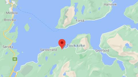 KJØRTE AV VEIEN: Et vogntog har kjørt av veien i Tovik i Tjeldsund kommune.