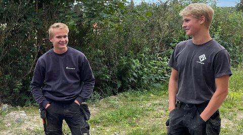 TRYGT KARRIEREVALG: Even Hagen Johansen (t.v.) og Magnus Foss-Haneborg går i tømrerlæra hos Grendebygg. De to 19-åringene har valgt et yrke i en bransje der markedet skriker etter faglært arbeidskraft.