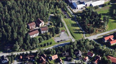 UNGDOMSHJEM: De fire bygningene i bildet, eies av kommunen. Dette er de tidligere studenthusene på Raumyr. Ungdomshjemmet skal byges tett opp til Statsbygg-eiendommen og den tidligere høyskolen.
