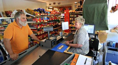 INNBRUDD: Butikken øverst i Uvdal, på Bjørkeflåta, ble utsatt for innbrudd natt til tirsdag. Dette bildet ble tatt for noen år siden og viser ekteparet som har butikken - Torill og Halvor Rennehvammen.