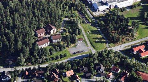 Nytt ungdomshjem: De fire bygningene i bildet, eies av kommunen. Dette er de tidligere studenthusene på Raumyr. Ungdomshjemmet skal byges tett opp til Statsbygg-eiendommen og den tidligere høyskolen.