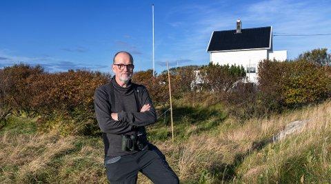 BOMBEHAGEN: John Stenersen (64) foran huset som han i fjor kjøpte på Røst. For 32 år siden fant han to sjeldne fugler i denne hagen, som siden har vært kalt for Bombehagen.